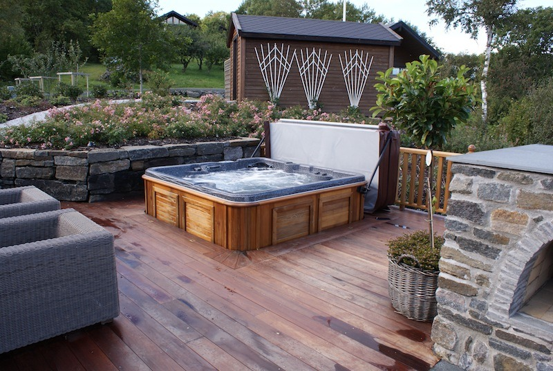 arctic-spas-hot-tub-sunk-in-deck-garden